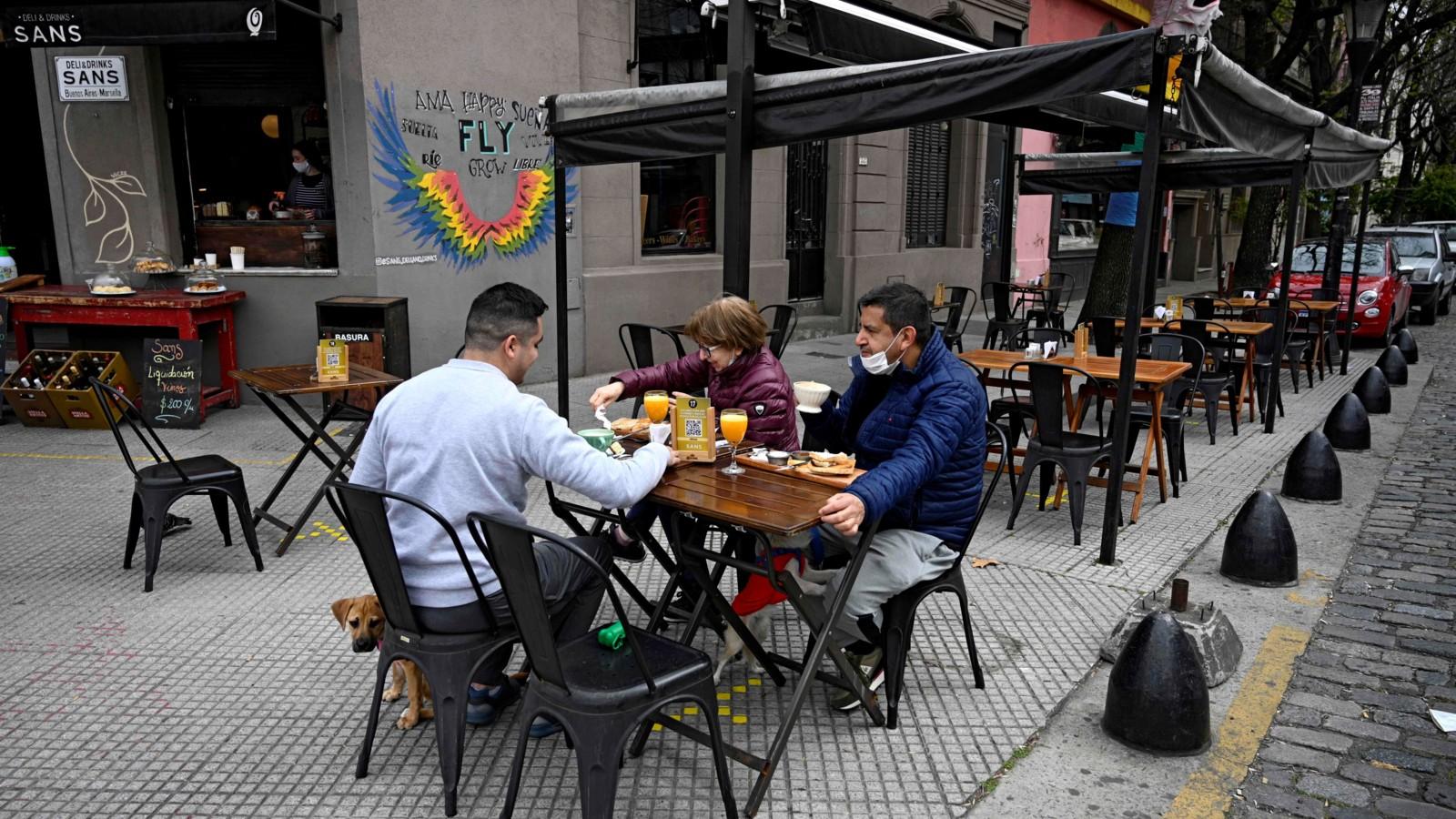 Cuáles son los restaurantes porteños que podrán atender a sus clientes en  la vereda   Vía Buenos Aires