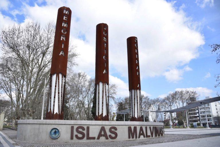 Monumento a los caídos, en la Plaza Islas Malvinas del casco urbano