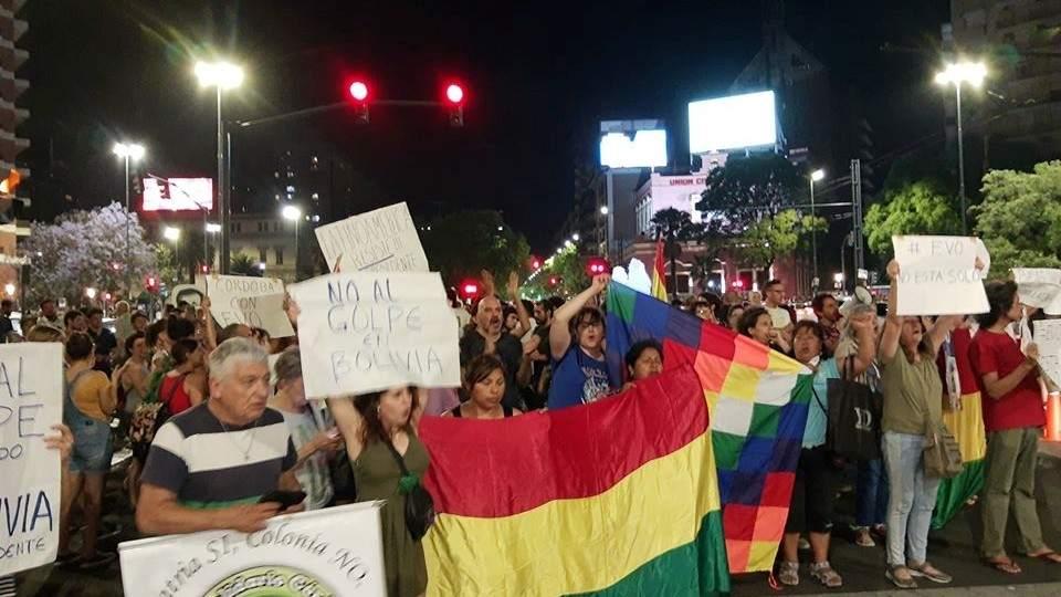 """La renuncia de Evo: marcha frente al Patio Olmos por """"el golpe de Estado en Bolivia"""" - Vía País"""
