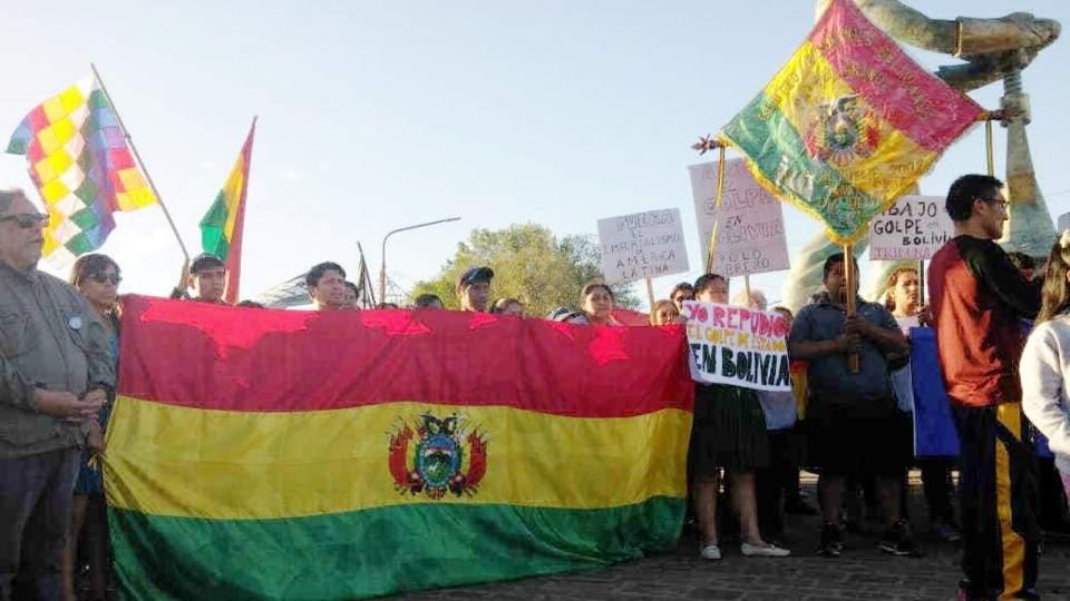 La comunidad boliviana manifestó su apoyo a Evo Morales - Vía País
