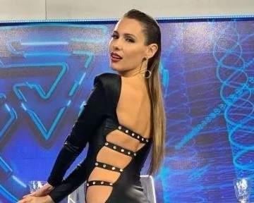 041418b3afb6 Pampita deslumbró en el Súper Bailando con un vestido negro ajustado ...